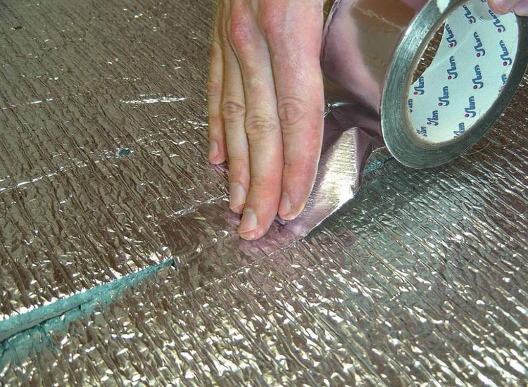 Проклейка стыков алюминиевым скотчем